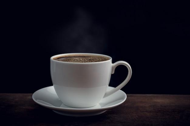 Чашка кофе на старый деревянный стол