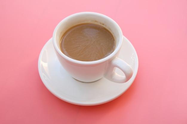 ピンクの背景の上にコーヒーを1杯。