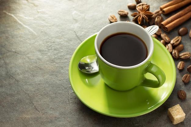 Чашка кофе на столе