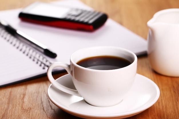 책상에 커피 한잔