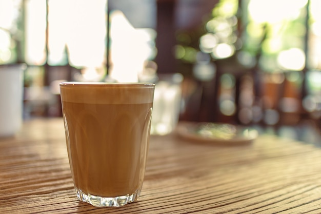 カフェのテーブルにコーヒー一杯