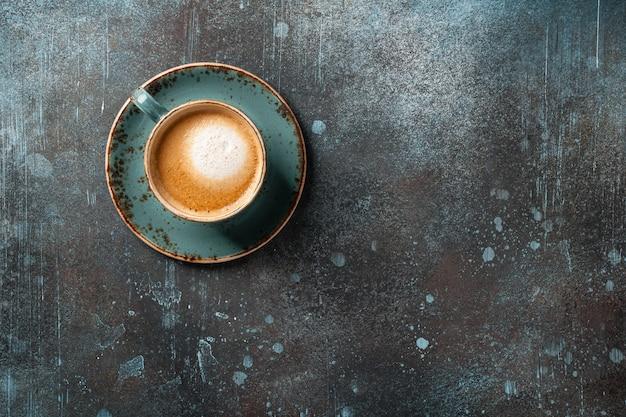 빈티지 테이블에 커피 한잔