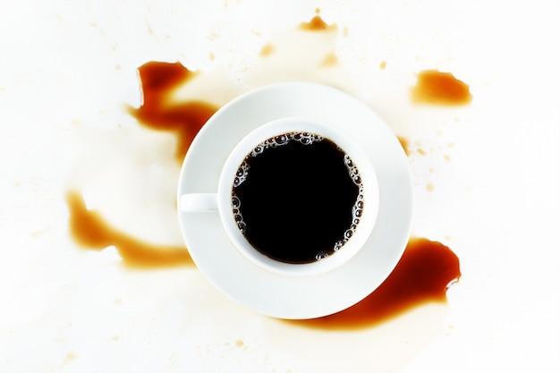 汚れと白い背景の上のコーヒーカップ。朝ごはん。