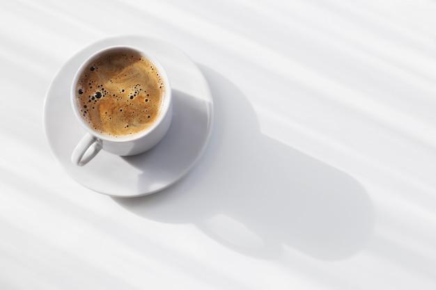 白いテーブルの上のコーヒーカップ