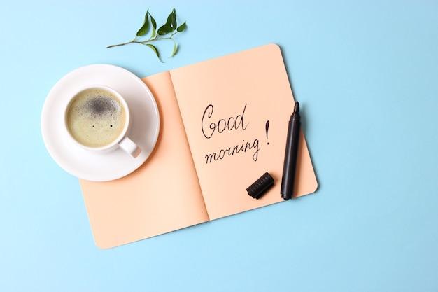 나무 배경 평면도에 커피 한잔입니다. 좋은 아침. 좋은 하루 되세요. 고품질 사진