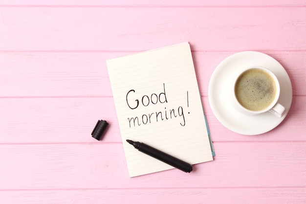 나무 배경 위에 있는 커피 한 잔 좋은 아침 좋은 하루 보내세요