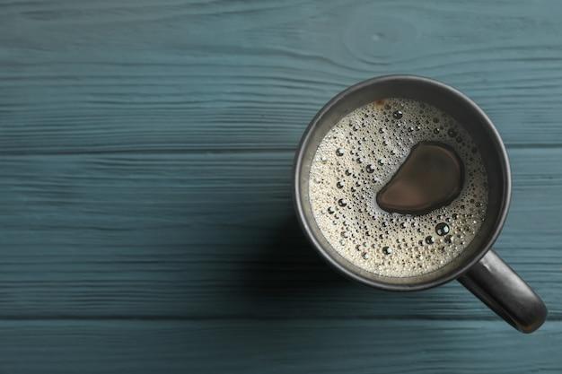 木製の背景、上面にコーヒーカップ