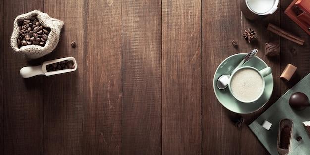 Чашка кофе на деревянных фоне