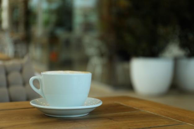 레스토랑에서 나무 테이블에 커피 한잔