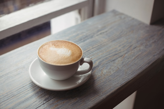 木製のテーブルの上のコーヒーのカップ