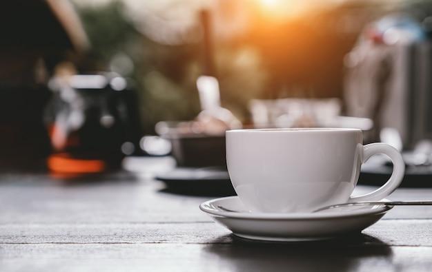 木製のテーブルの上にコーヒーを1杯