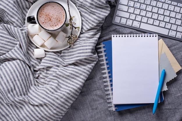 Чашка кофе или какао на кровати