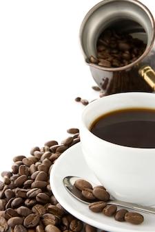 白い背景で隔離のコーヒー、ポット、豆のカップ