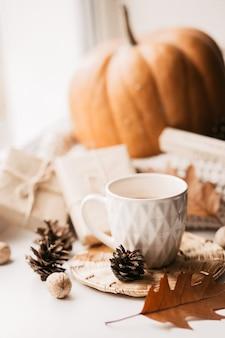 커피, 호박, 말린 단풍 창에 나뭇잎.