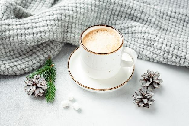 一杯のコーヒー、スカーフ、花輪