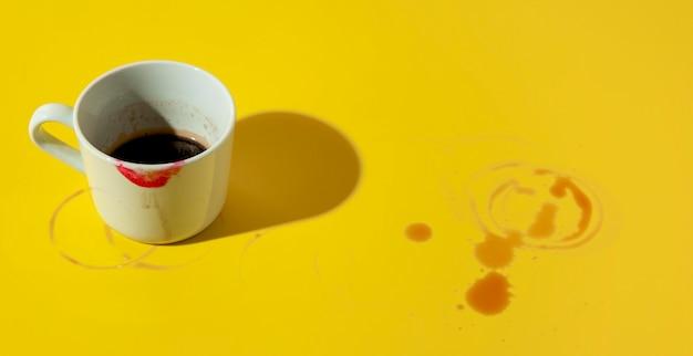 口紅で汚れたコーヒーのカップ