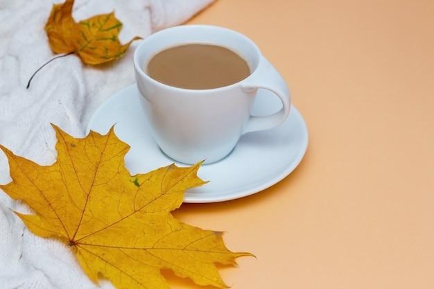 Чашка кофе белый вязаный женский свитер или теплый плед на фоне копией пространства осень