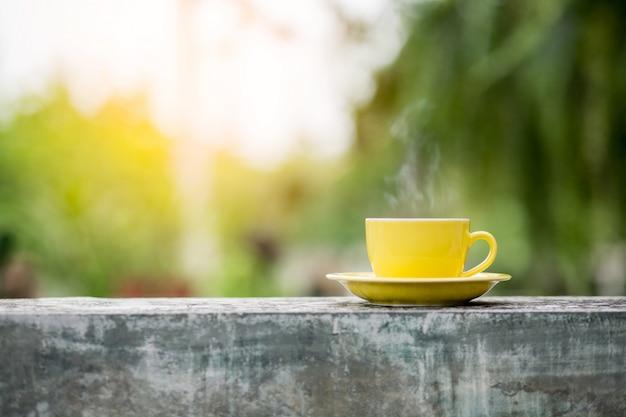 背景をぼかした写真とコーヒー1杯