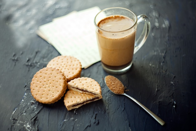 쿠키와 브라운 슈가를 곁들인 커피 한잔 갓 내린 라떼와 초콜릿 제공