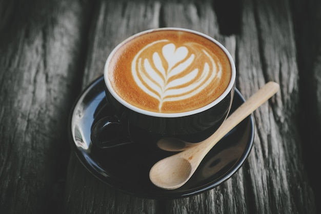 木製のスプーンでコーヒーのカップ