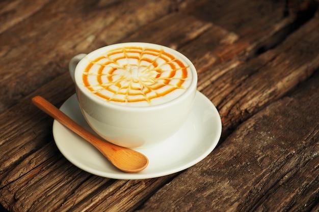 나무로되는 숟가락으로 커피 한잔