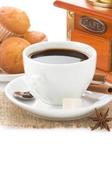 白い背景で隔離の豆とお菓子とコーヒーのカップ
