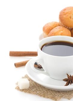 흰색 표면에 고립 된 콩 커피 한잔