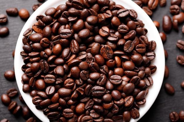 テーブルの上に豆とコーヒーのカップ、上面図