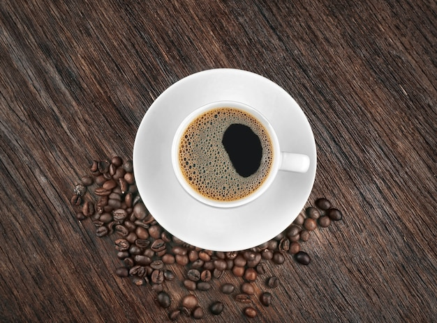 나무 테이블에 원두 커피 한잔