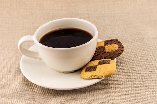 Чашка кофе с печеньем, как печенье. перерыв на кофе, завтрак.