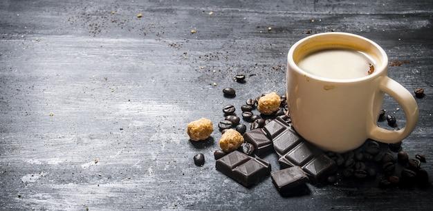 苦いチョコレートとダークブラウンシュガーとコーヒーのカップ。