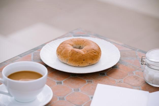아침에 햇빛, 아침 식사와 함께 테이블에 빵과 커피 한 잔