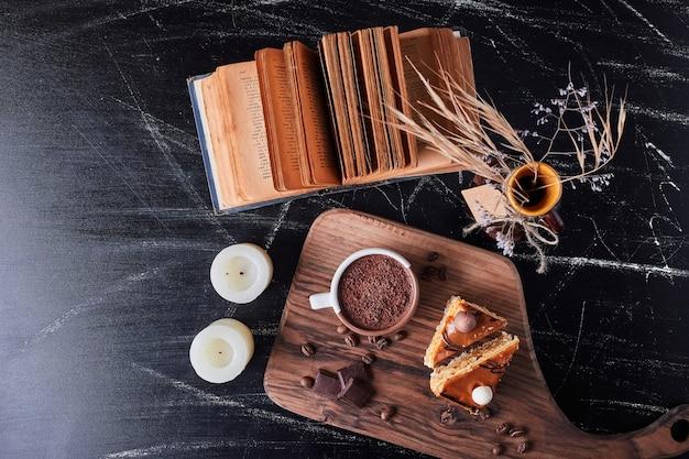ケーキとチョコレートの部分とコーヒーのカップ