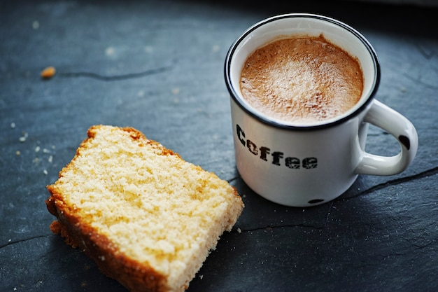 Чашка кофе с тортом