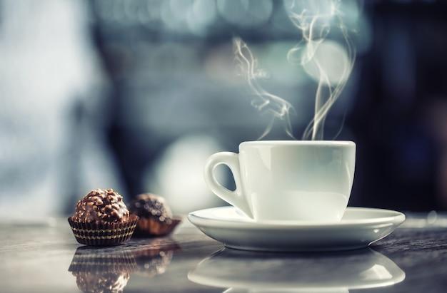 ナイトクラブのバーデスクでチョコレートケーキとコーヒーのカップ。