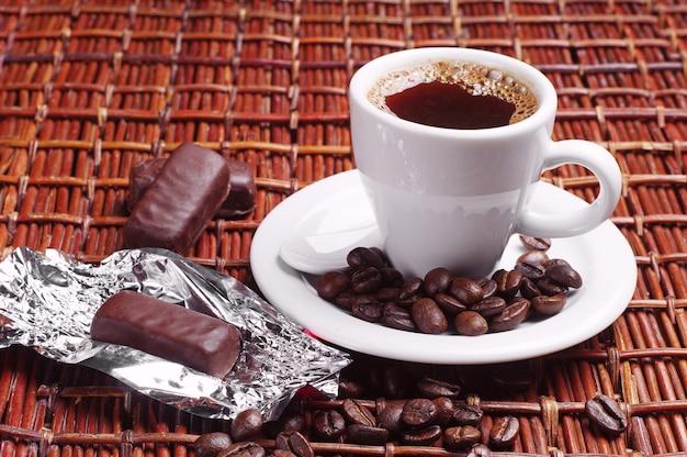 초콜릿 캔디와 함께 커피 한잔