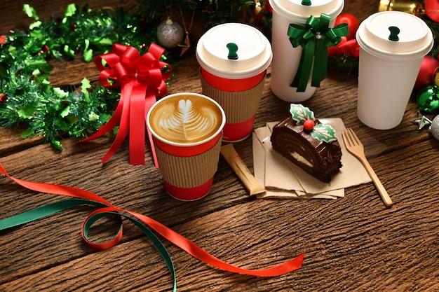 Чашка кофе с рождественскими украшениями на старом деревянном столе