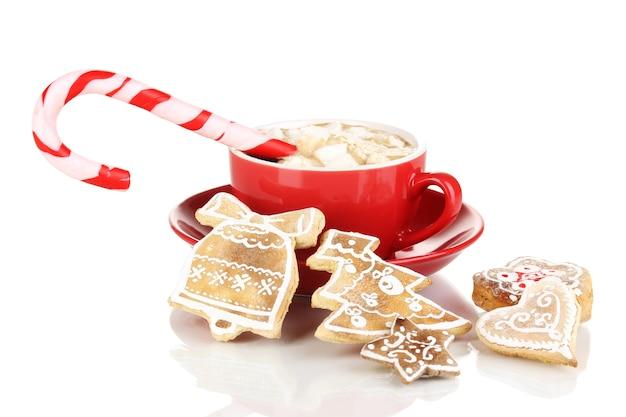 Чашка кофе с рождественской сладостью, изолированные на белом фоне