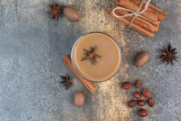 大理石の背景にシナモンスティックとコーヒーのカップ。高品質の写真
