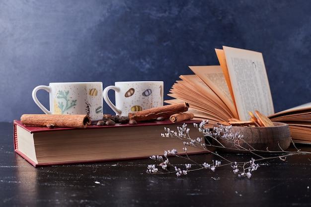 Чашка кофе с корицей и печеньем