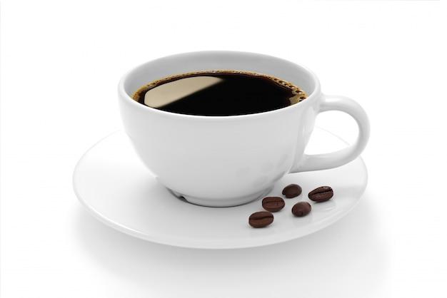 Чашка кофе с кофейными зернами на белом фоне