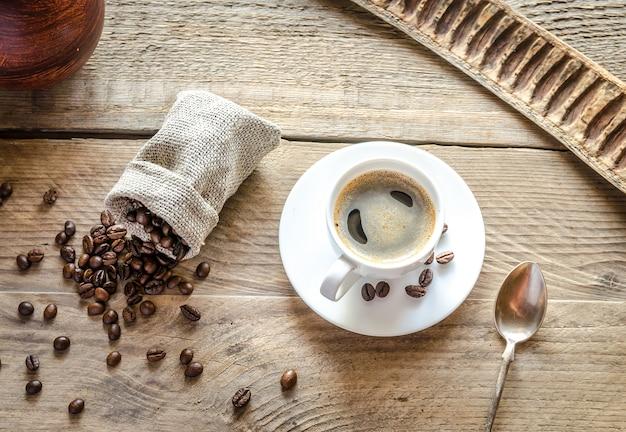 원두 커피와 커피 한잔