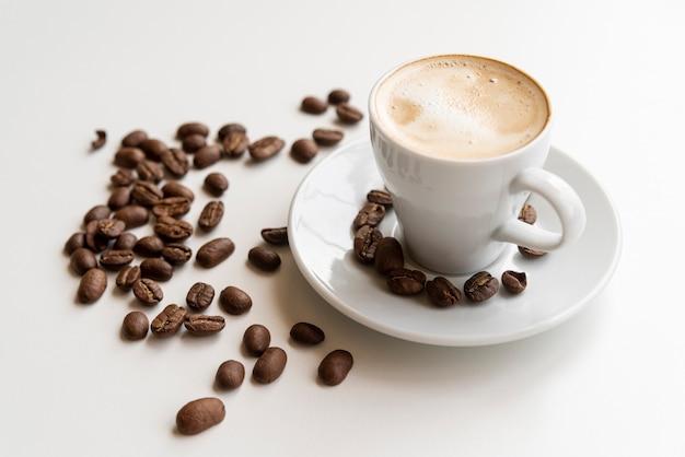 コーヒー豆とコーヒー1杯