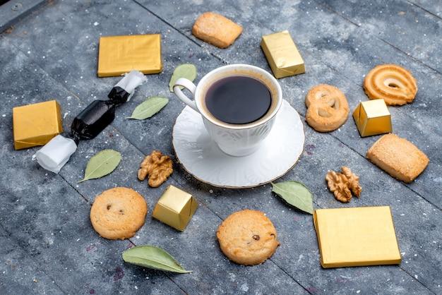 Чашка кофе с печеньем грецкие орехи на сером, печенье бисквитное сахарное сладкое