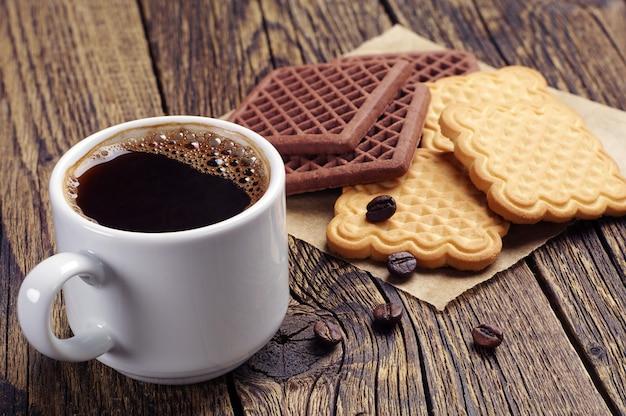 クリーミーなチョコレートクッキーとコーヒーのカップ