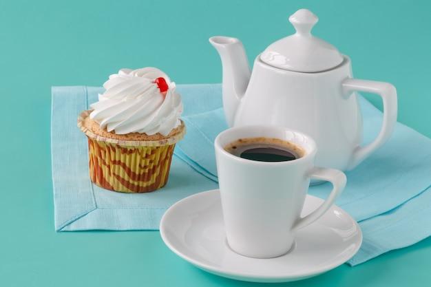 カップケーキとコーヒーのカップ