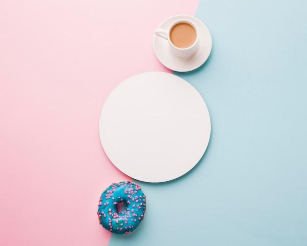 Чашка кофе с пончиком