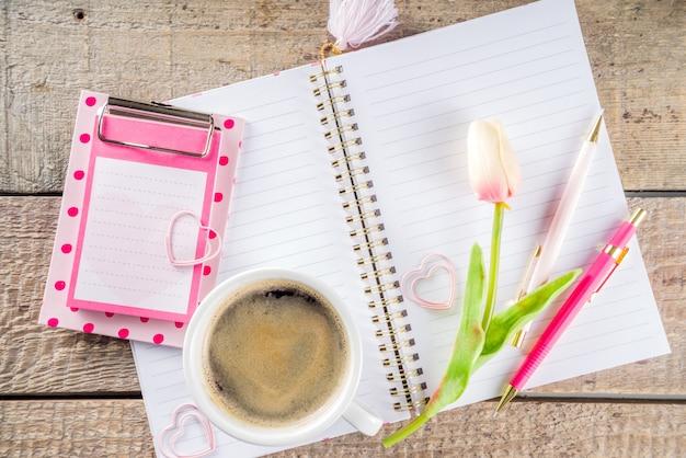 花とスケッチブックとコーヒーのカップ