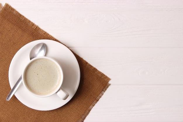 Чашка кофе с пеной заделывают с местом для текста
