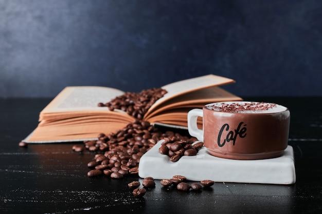 Чашка кофе с зернами вокруг.